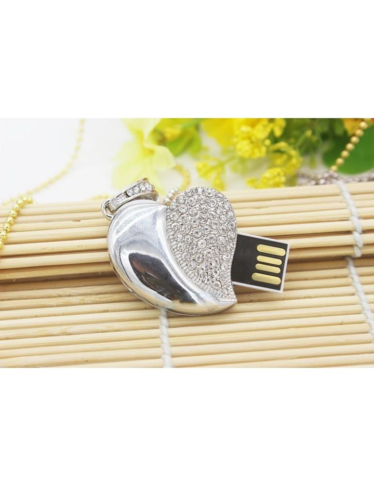 16 GB həcmində gümüşü rəngdə ürək formasında flash card